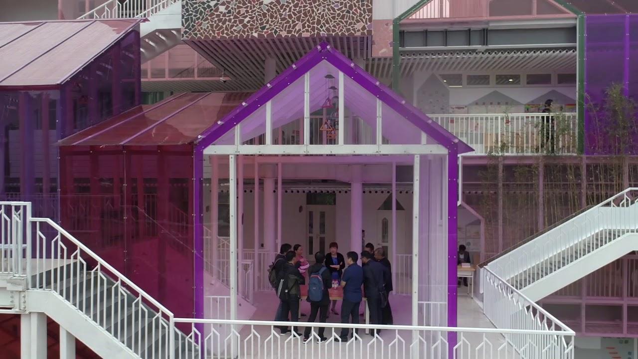 El Design Institute of Landscape and Architecture China Academy of Art fue el encargado de renovar este centro educativo situado en una zona rural, a semejanza de una aldea compuesta por volúmenes apilados que combinan elementos prefabricados, cubiertas inclinadas, transparencias y colores.