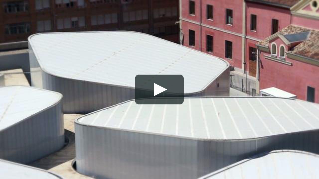 La sucesión de planos fijos del Taller de Casquería nos ofrece una nueva visión del Mercado Barceló en Madrid, de Fuensanta Nieto y Enrique Sobejano.