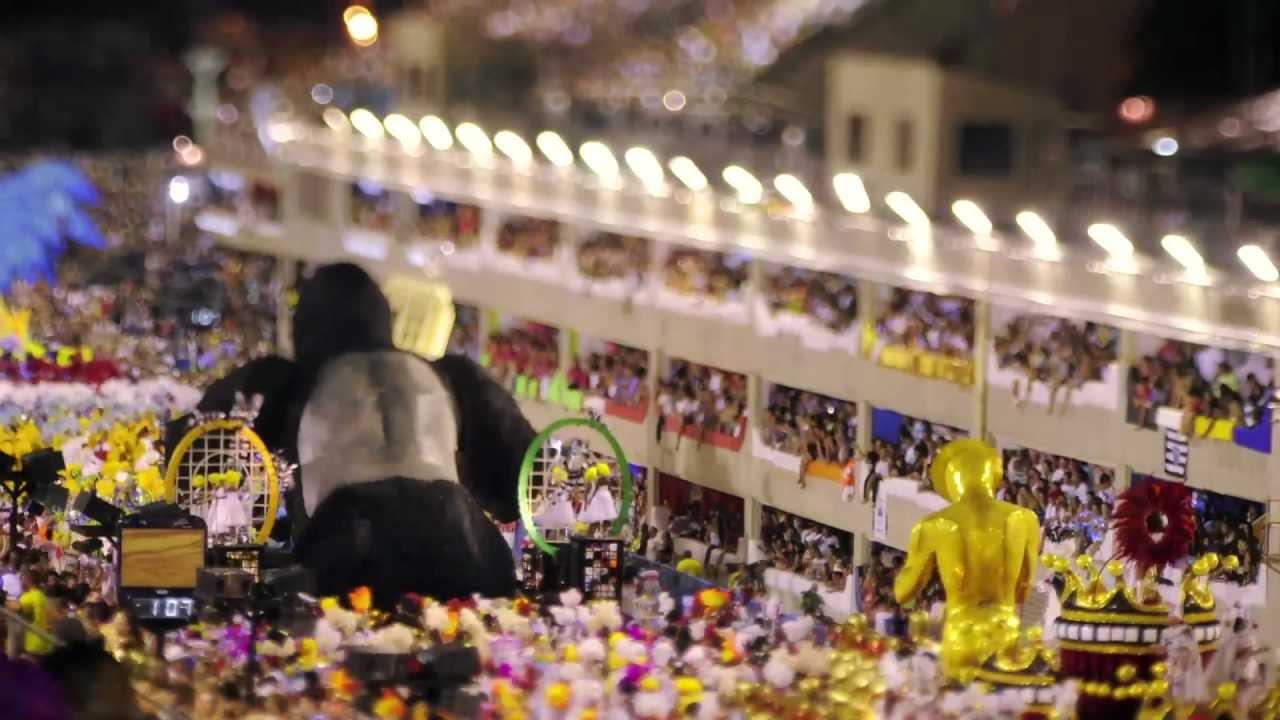 El australianoKeith Loutit y el brasileño Jarbas Agnelli utilizan la técnica Tilt-Shift —que enfatiza ciertas partes de la imagen creando el efecto de unamaqueta— en un video compuesto con 170.000 fotos de Río de Janeiro.