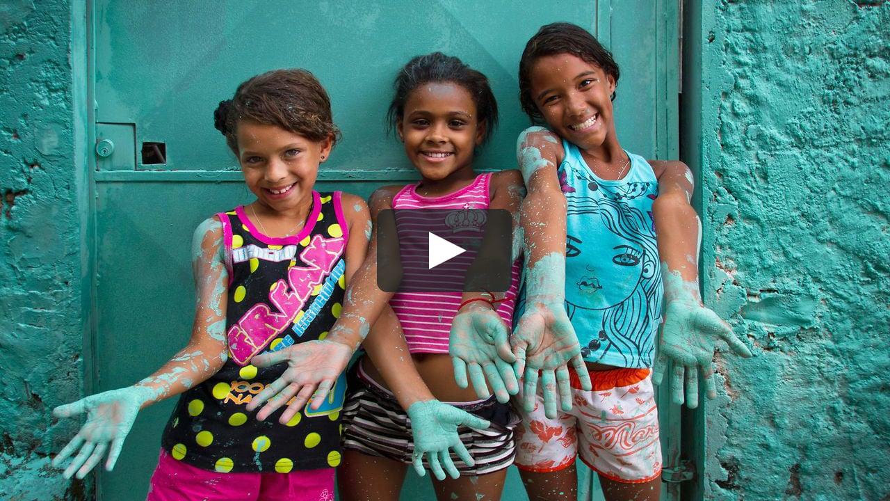 El vídeo 'Luz nas Vielas' muestra el proyecto de arte urbano desarrollado por el colectivo madrileño Boa Mistura en Vila Brasilândia, en Sâo Paulo, con la participación de la comunidad.