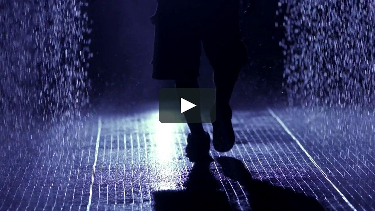 Como muestra el vídeo de Gramafilm, la instalación 'Rain Room' de rAndom International en el Barbican de Londres permite a los visitantes jugar con la lluvia sin mojarse.
