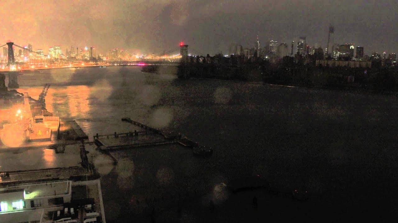 Un vídeo muestra el paso del huracán Sandy por Nueva York con imágenes tomadas durante dos días del puente de Williamsburg visto desde Brooklyn.