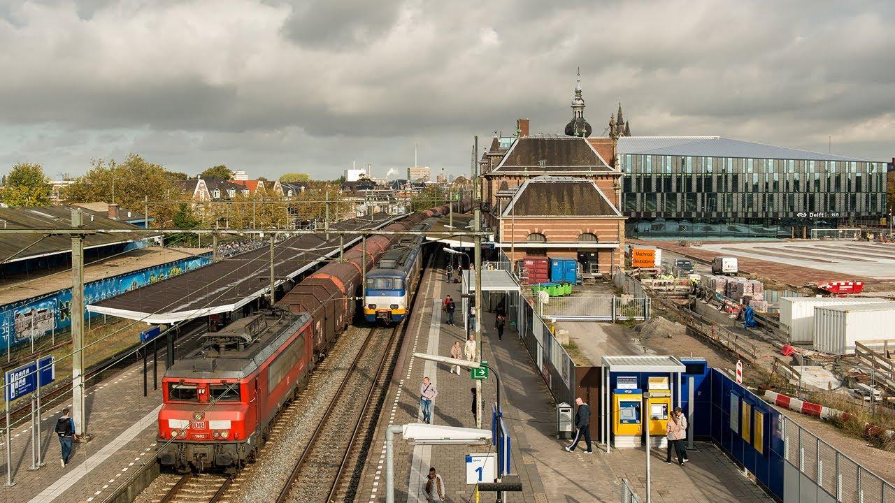 Los holandeses de Mecanoo son los autores del complejo —formado por la estación intermodal, una plaza y oficinas municipales— en el área liberada por el soterramiento de la línea ferroviaria que divide en dos la ciudad de Delft.