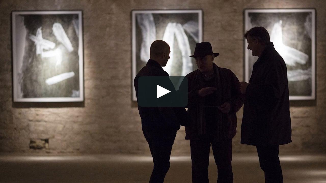 El vídeo recorre la Sala EP1 CICUS de Sevilla el día de la inauguración de la exposición 'La memoria de lo imaginado'. La serie fotográfica de Fernando Alda nace cuando el madrileño contempló sobre unas paredes las manchas de pintura que sellaban unas grietas.