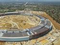 Proyectado por el estudio de Norman Foster, el nuevo campus Apple se construye en la ciudad californiana de Cupertino. El vídeo grabado desde un dron da cuenta del progreso de las obras.