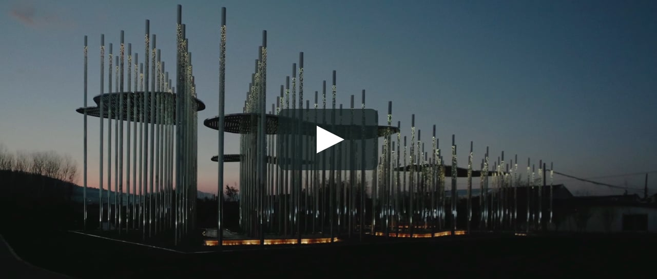 <p> The installation built by the French architect Aurelien Chen in Rizhao (China) is an abstract recreation of the traditional Chinese landscape. Two hundred perforated and illuminated stainless steel poles interspersed with flat canopies reflect the environment, creating an interplay of lights and shadows.</p>